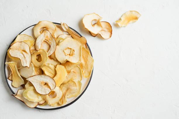 verschillende chips van gedroogde vruchten - gedroogd voedsel stockfoto's en -beelden