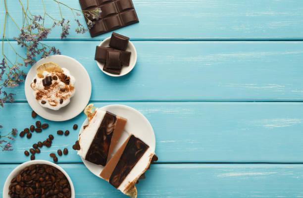 verschiedene desserts: kuchen und schokoriegel auf türkis rustikale t - schokolade gebratene kuchen stock-fotos und bilder