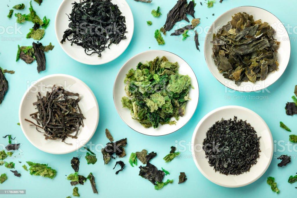 Verschillende droge zeewier, zee groenten, schot van bovenaf op een Teal achtergrond - Royalty-free Achtergrond - Thema Stockfoto