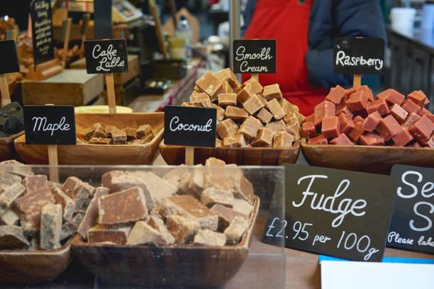 verschillende smaken van zachte toffee op verkoop in een stal in borough market (londen). - fudge stockfoto's en -beelden