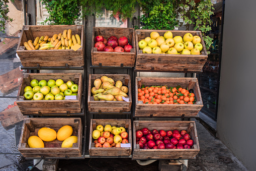 Various Fresh Fruits And Vegetables On Market Counter In A Wooden Boxes Street Market - Fotografie stock e altre immagini di Affari