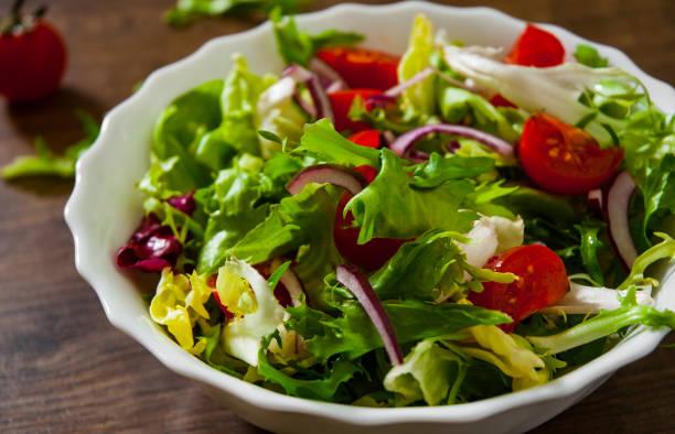 diverse verse mix salade laat met tomaat in de kom op houten achtergrond - salade stockfoto's en -beelden