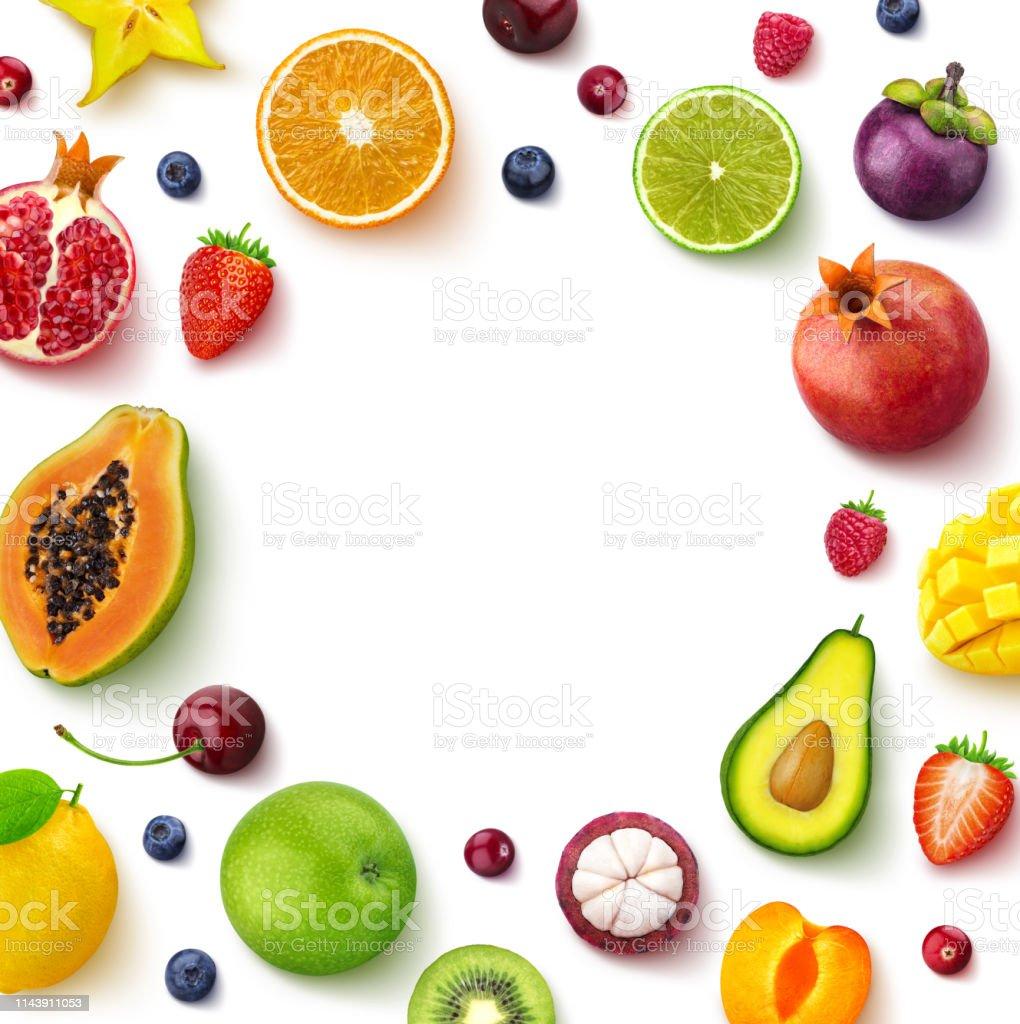 在白色背景上隔離的各種水果和漿果, 頂視圖, 創造性的平面佈局, 圓形的水果框架與空白的文字空間 - 免版稅俯拍圖庫照片