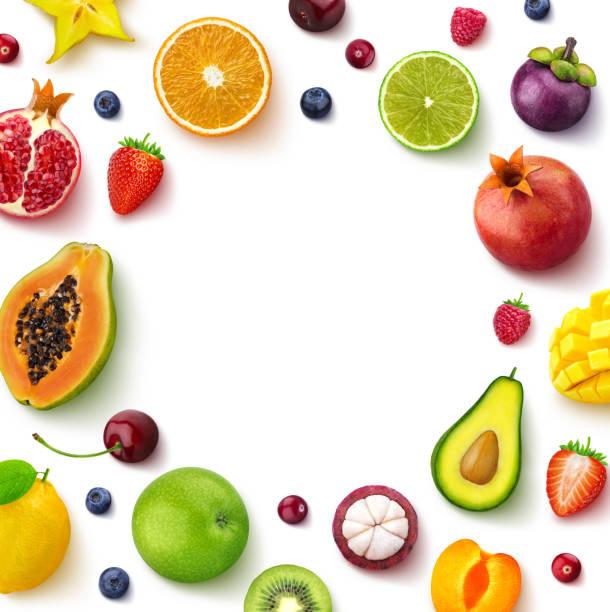흰색 배경, 평면도, 창조적 인 평면 레이아웃, 텍스트에 대 한 빈 공간을 가진 과일의 라운드 프레임에 고립 된 다양 한 과일과 열매 - 열대 과일 뉴스 사진 이미지