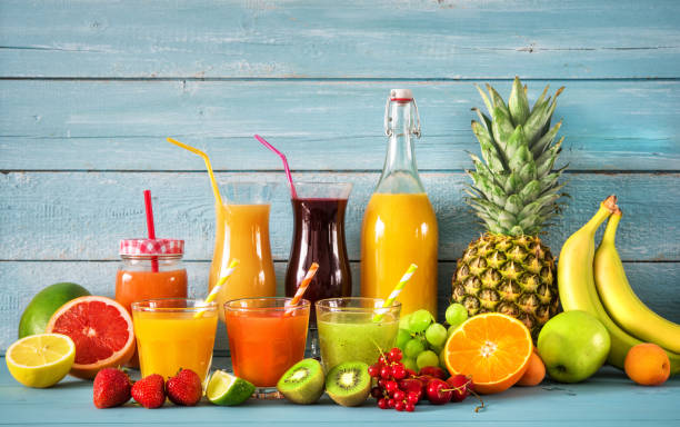 çeşitli meyve suları - meyve ve sebze suyu soğuk i̇çecek stok fotoğraflar ve resimler