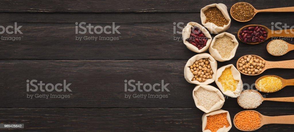 各種麵筋自由銀幣木質背景, 複製空間 - 免版稅一組物體圖庫照片