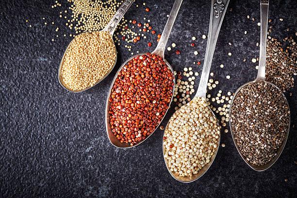 verschiedene gesunde samen - quinoa superfood stock-fotos und bilder