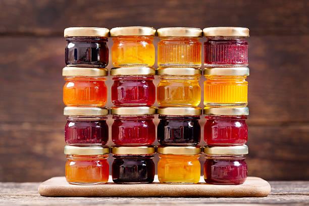 vários recipientes serem caixas metálicas ou frascos de compota de fruta - jam jar imagens e fotografias de stock