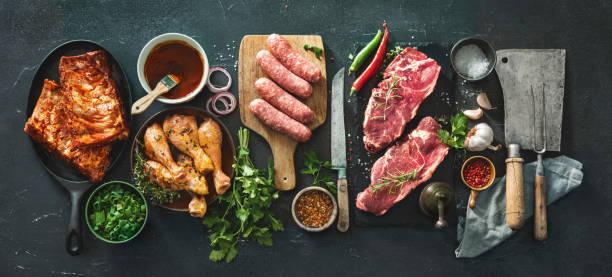 vários tipos de carnes da grade e do bbq com utensílios do vintage da cozinha e do carniceiro - cru - fotografias e filmes do acervo