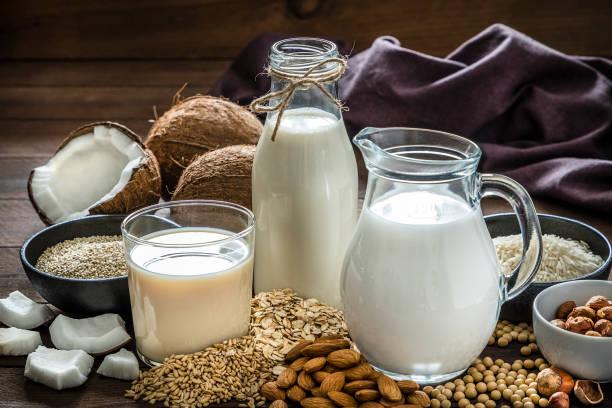 varios tipos de leche vegana - vegana fotografías e imágenes de stock