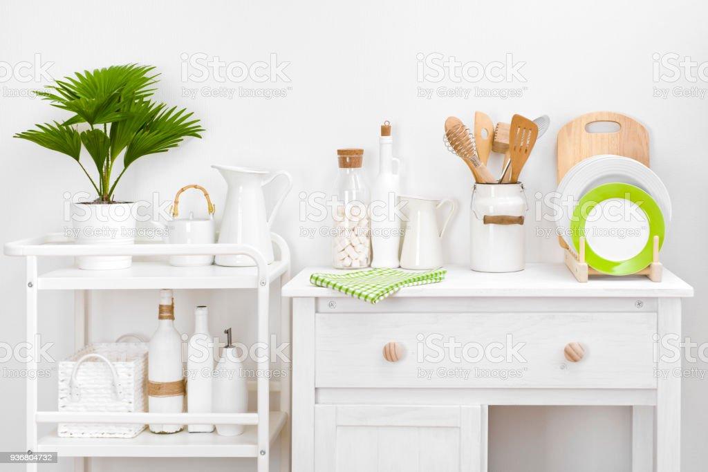 Verschiedene Küchengeräte Und Werkzeuge Mit Eleganten Weißen ...