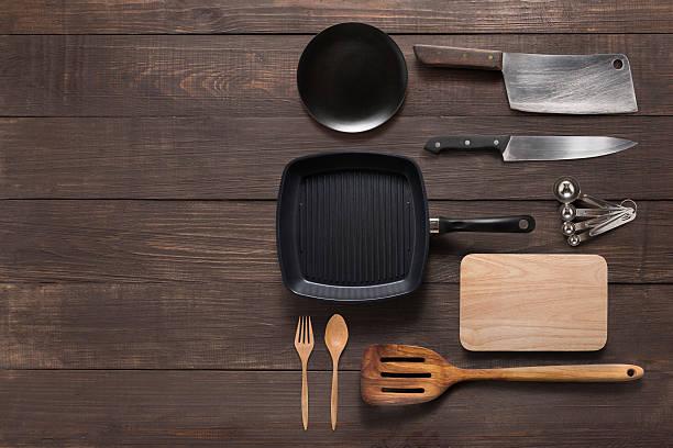 various kitchenware utensils on the wooden background for cookin - pan keukengereedschap stockfoto's en -beelden