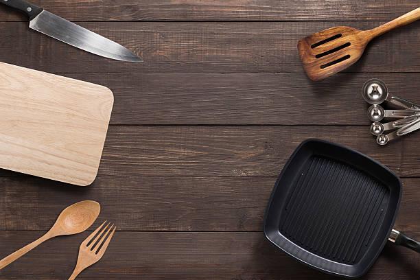 various kitchenware utensils on the wooden background - pan keukengereedschap stockfoto's en -beelden