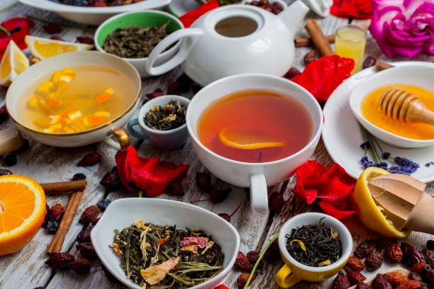various leaves of tea and spices on wooden background - herbata ziołowa zdjęcia i obrazy z banku zdjęć