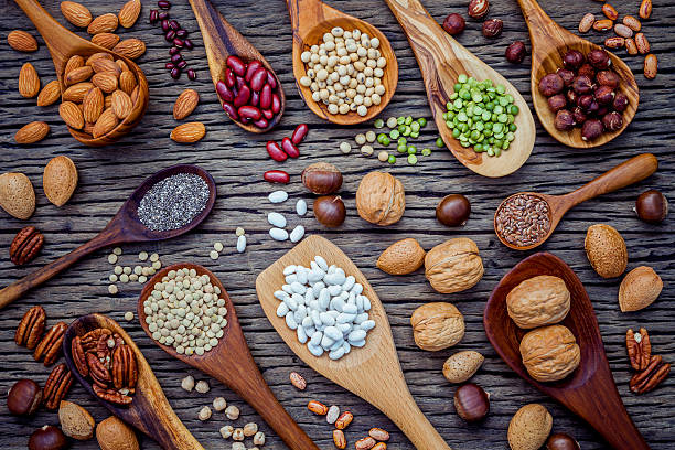 Various legumes and different kinds of nutshells in spoons. Waln – Foto