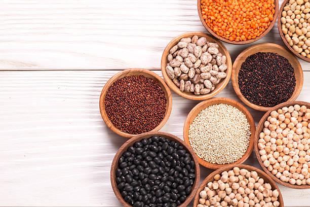 Varios leguminosas sobre fondo de madera, comida saludable, veganas alimentos. - foto de stock