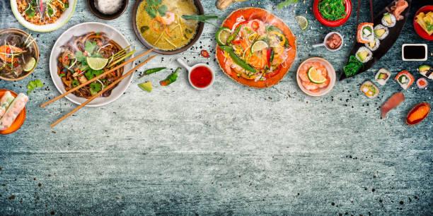 vários tipos de refeições asiáticas sobre fundo rústico, vista de cima, lugar para texto. - comida asiática - fotografias e filmes do acervo