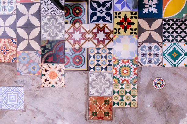 Divers de type et couleur carreaux carrés avec plancher de béton. - Photo