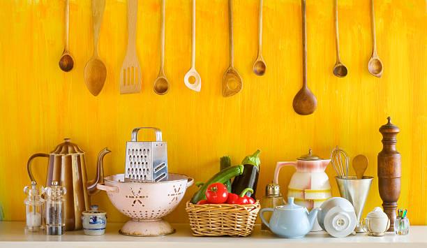 Verschiedene alte Küchenutensilien und Gemüse – Foto