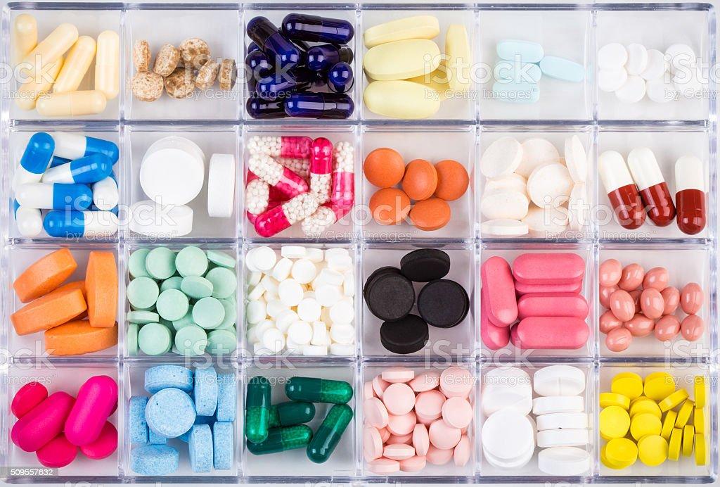 Diferentes comprimidos y de las cápsulas en un recipiente - foto de stock
