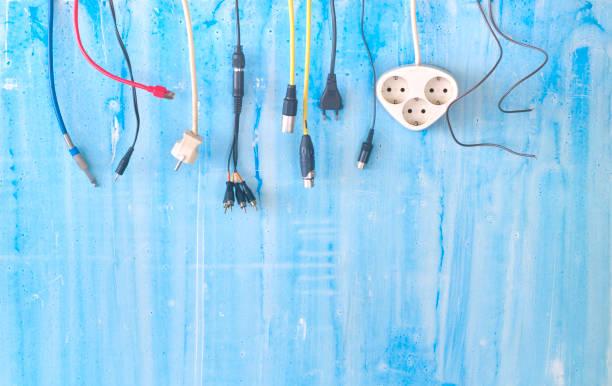Verschiedene Stecker, Stecker und Kabel auf gruseliger Hintergrund, Konnektivität, Verbindungsmetapher, freier Kopierplatz – Foto