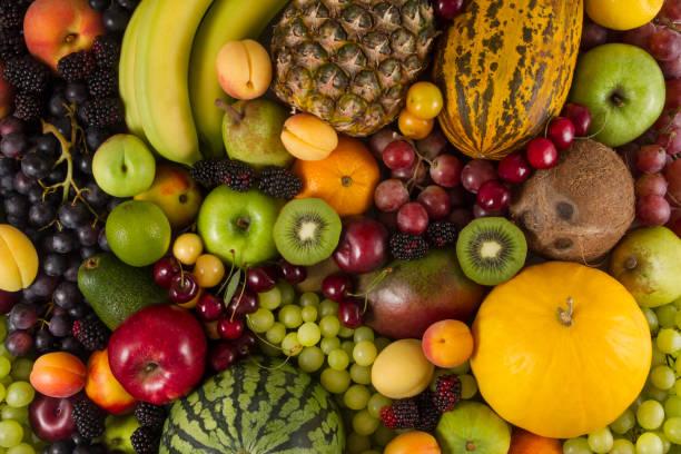verschiedene reifen frisches obst für eine gesunde ernährung - melonenbirne stock-fotos und bilder