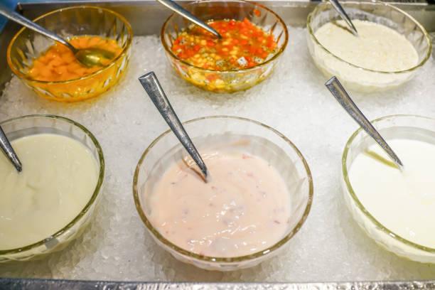 verschiedenen salat-dressing auf salat-bar - italienische dressing mischung stock-fotos und bilder