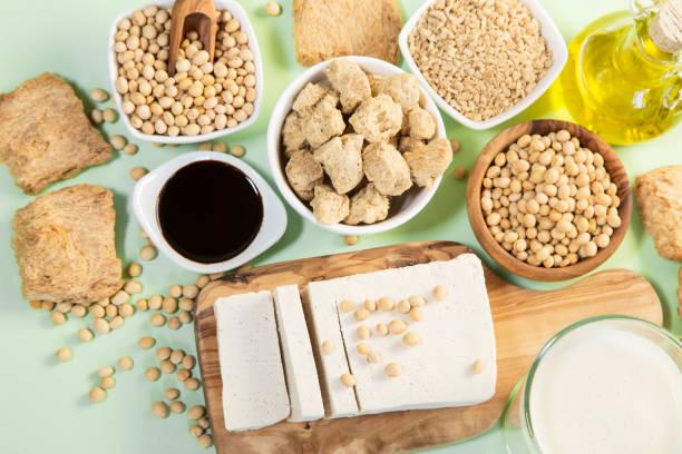 verschillende sojaproducten - vleesvervanger stockfoto's en -beelden
