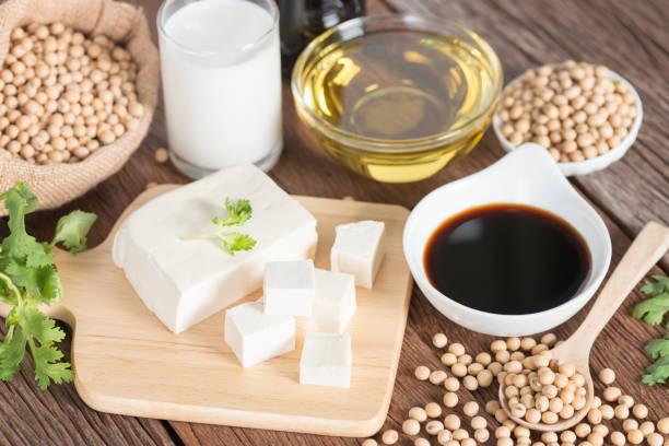 Divers produits de soja avec la sauce de soja, tofu, pétrole, soja et lait de soja. - Photo