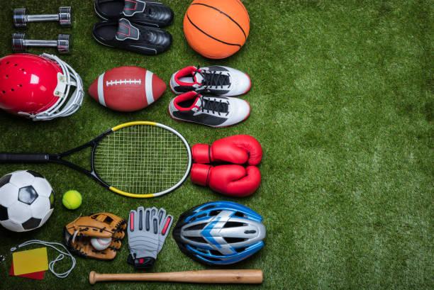 diverse uitrustingen van de sport op gras - sportartikelen stockfoto's en -beelden