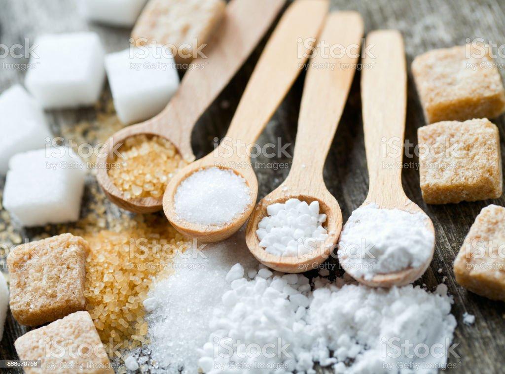 verschiedene Zucker in Würfel und granuliert – Foto