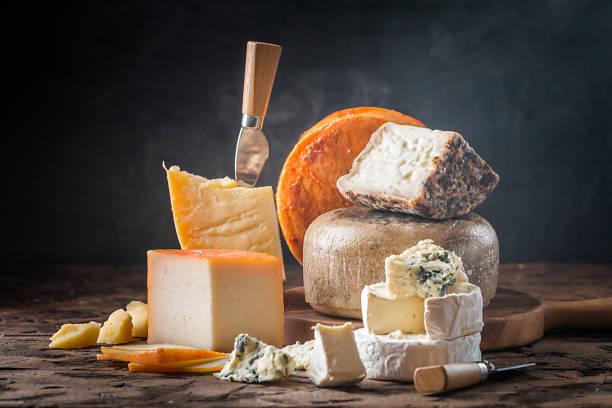 Verschiedene Arten von Käse  – Foto