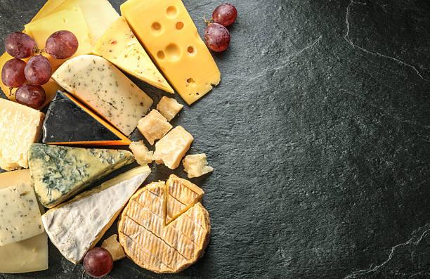 verschiedene arten von käse mit leeren raum hintergrund - schnittkäse stock-fotos und bilder