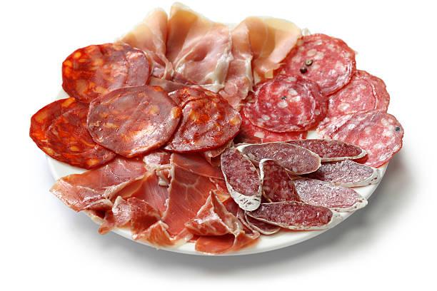 diferentes tipos de salami español, salchichas y jamón. - fuet sausages fotografías e imágenes de stock