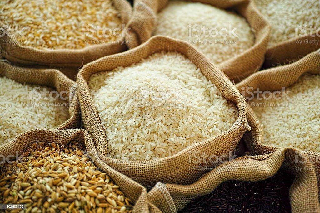 Diferentes tipos de comida tailandesa de arpillera si fueran sacos de arroz. - foto de stock