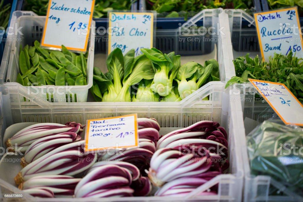 各種蔬菜和沙拉在市場上 免版稅 stock photo