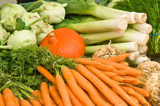 Verschiedene Gemüse auf einem Marktstand – Foto