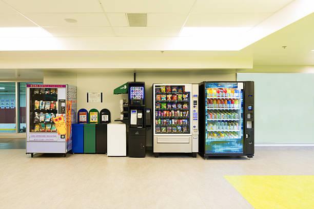 Verschiedene Spielautomaten und Müll Dosen – Foto