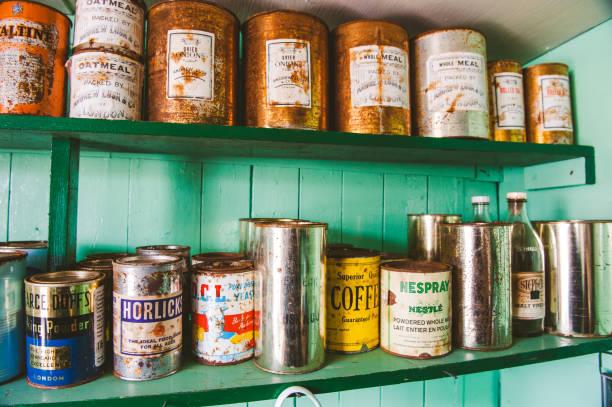 Verschiedene Vintage-Dosen von Vorräten – Foto