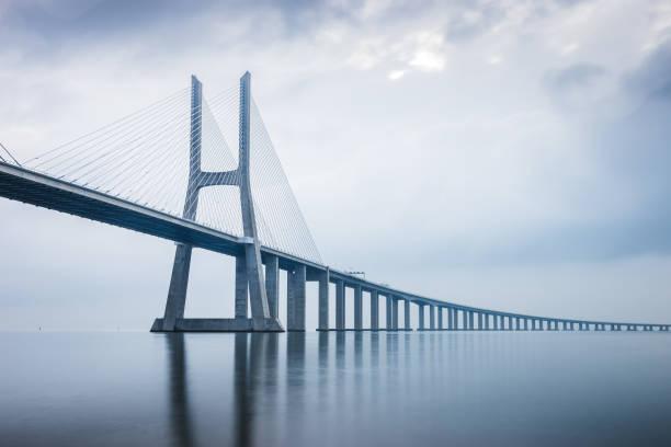 vasco da gama bridge vid soluppgången i lissabon, portugal. han längsta bro i europa - bridge bildbanksfoton och bilder
