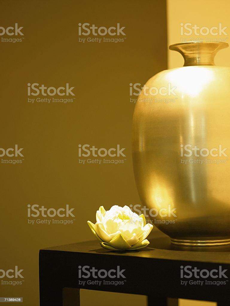 Jarrón y flor sobre la mesa foto de stock libre de derechos