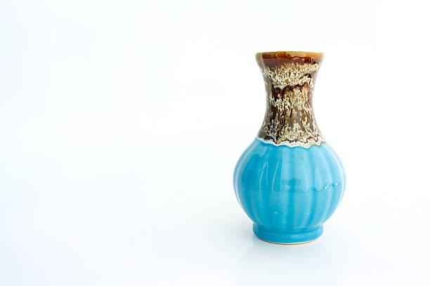 vase auf weißem hintergrund - vase glas stock-fotos und bilder