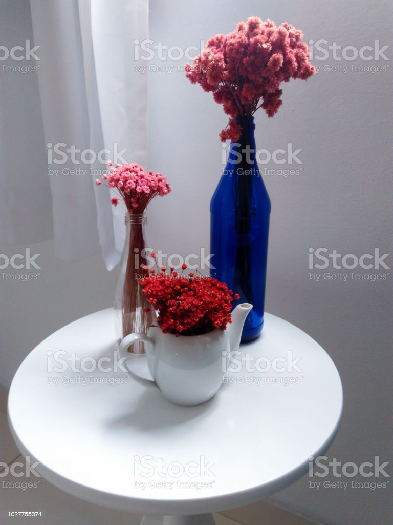 Vases, bottles and bouquet of flowers - Vasos, garrafas e buquê de flores stock photo