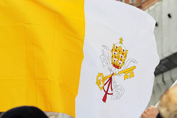 flaga watykanu podczas angelus z papież franciszek i - pope francis zdjęcia i obrazy z banku zdjęć