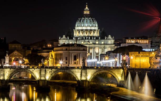 Vatikanstadt in Rom bei Nacht – Foto