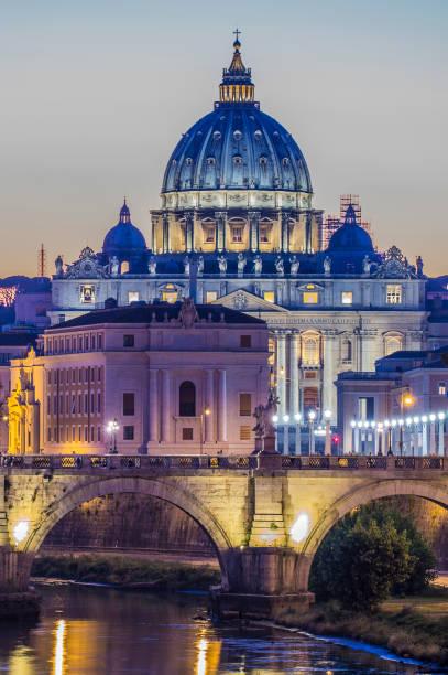 vatikan kubbe saint peter bazilikası (san pietro) ve sant' angelo köprüsü tiber nehri gün batımında. - pope francis stok fotoğraflar ve resimler