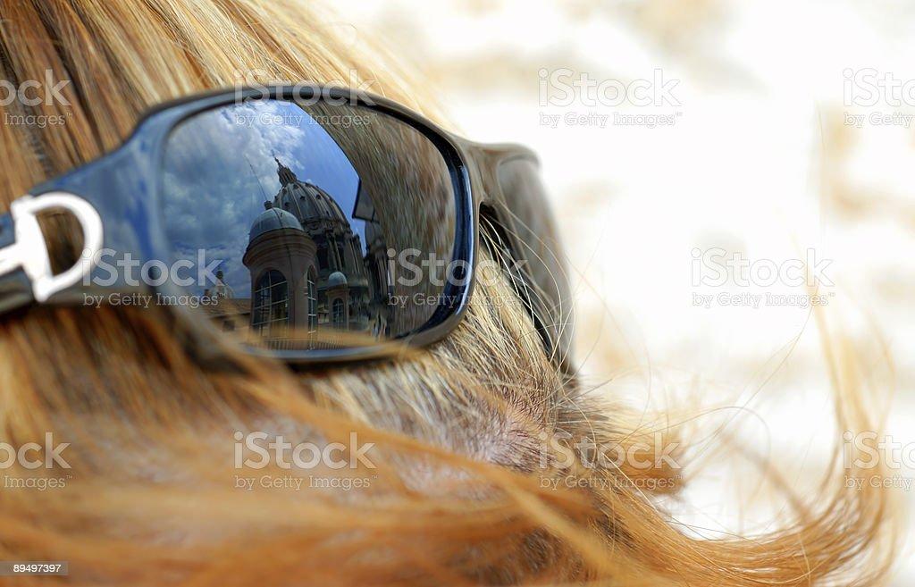 Watykan dachu odzwierciedlenie w kobiecej okulary przeciwsłoneczne zbiór zdjęć royalty-free