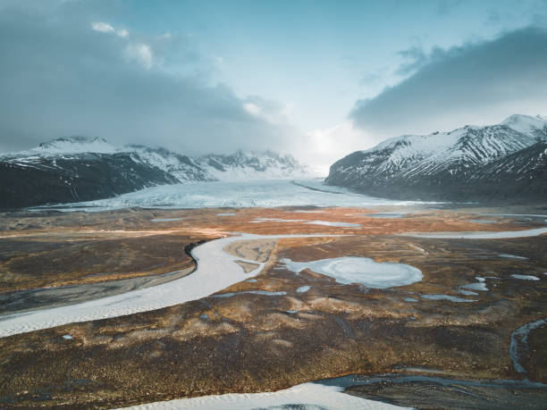 vatnajokull 氷河空中ドローン イメージ通り高速道路と雲と青い空。vatnajokull 国立公園、アイスランド、ヨーロッパの劇的な冬景色。概念、自然の背景の美しさ - ツンドラ ストックフォトと画像