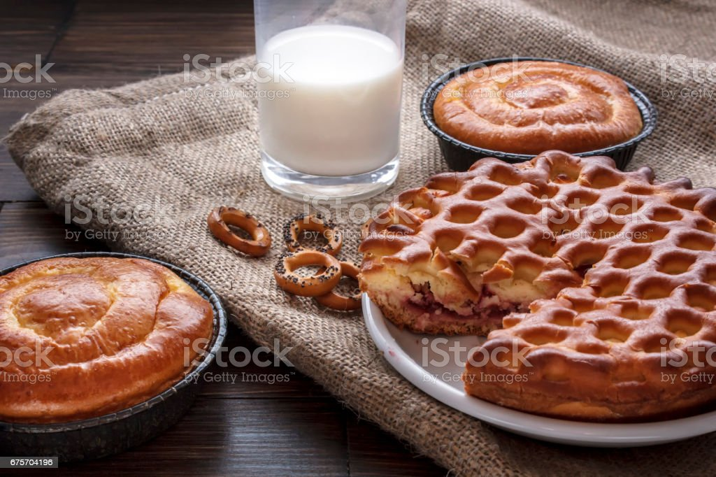 vatrushka cheesecake lies on a brown wooden table 免版稅 stock photo