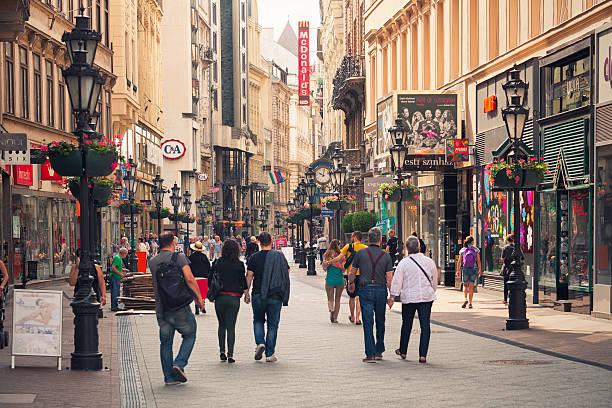 váci utca einkaufsstraße in budapest - fußgängerzone stock-fotos und bilder